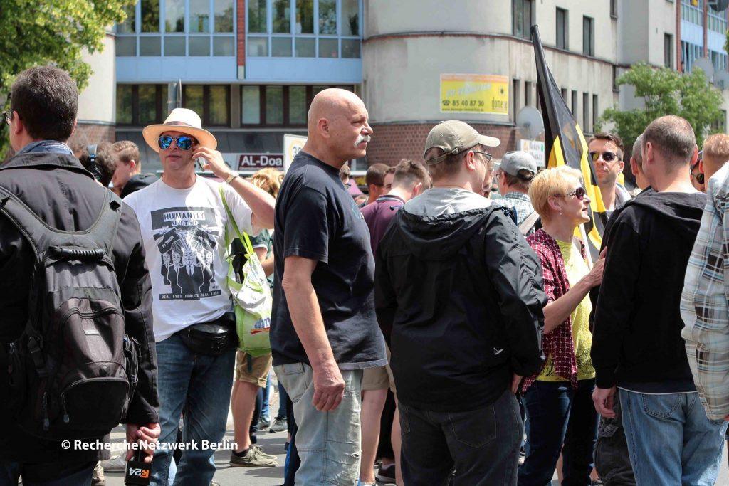 """Der Mahnwächter und Pax Terra-Aktivist Hagen Schütte mit Hut und Sonnenbrille kam mit Bärgida auf die Demo der """"Identitären"""" und lief bis zum Ende mit."""