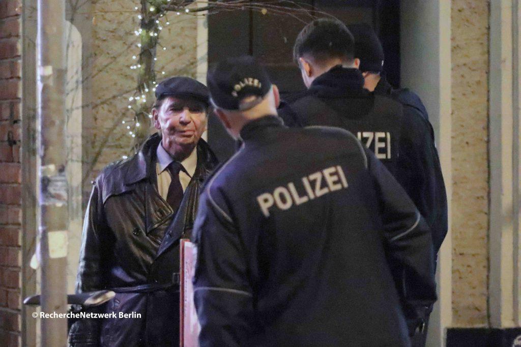 Hans-Ulrich Pieper verhandelt mit der Polizei wie die Versammlung die Räume des Cafe Breslau zu verlassen hat. Die TeilnehmerInnen wollten möglichst unerkannt bleiben.  @ RechercheNetzwerk_Berlin