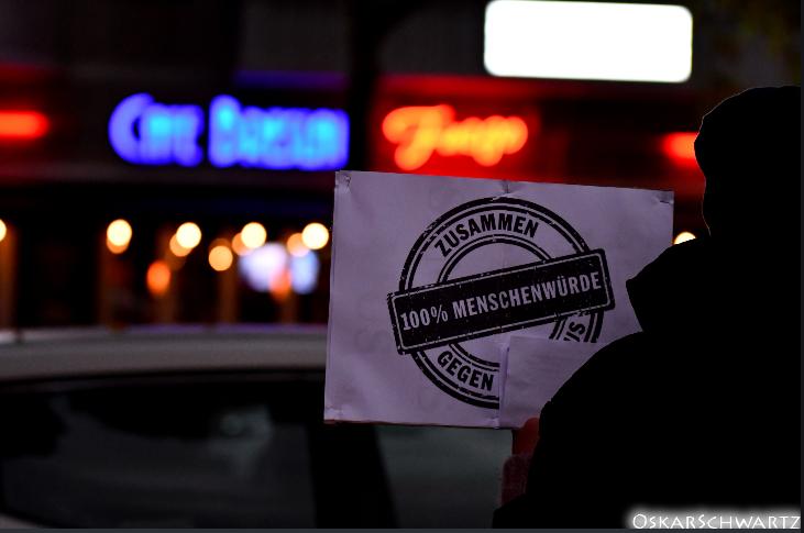 Ein kurzfristig organisierter Protest zog mehr als 50 Leute an, darunter Nachbarn, die sich spontan solidarisierten und die ortsansässige SPD-Fraktion.