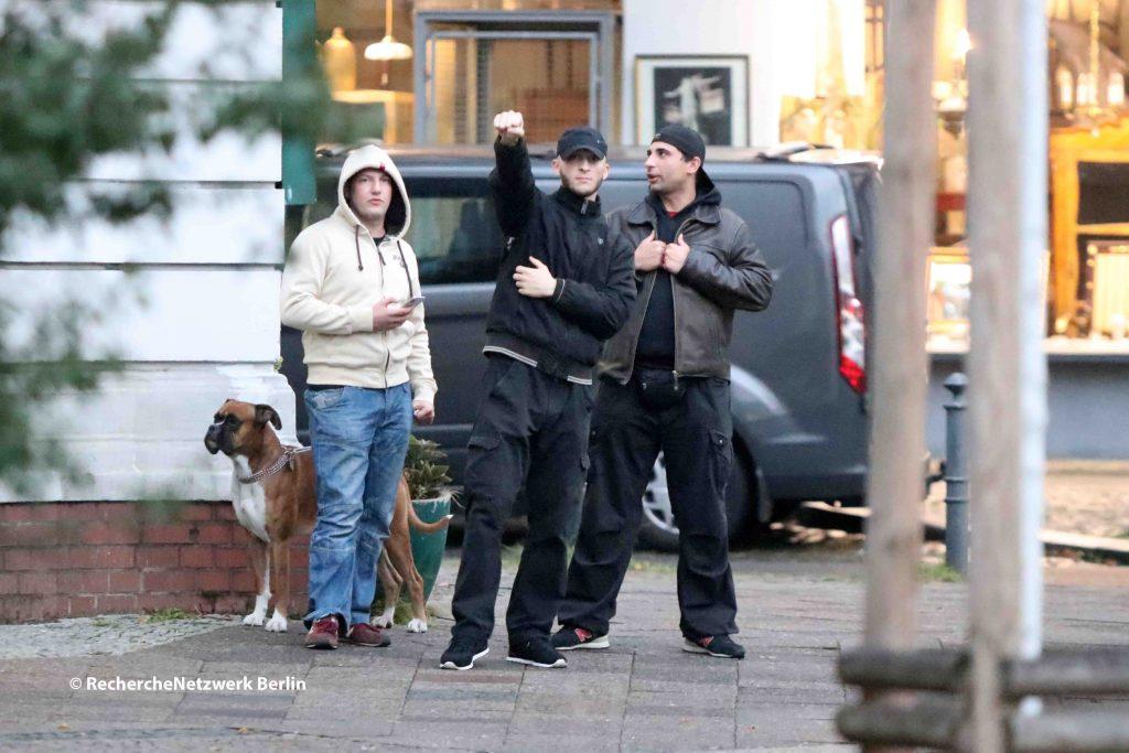 """Die selbsterannnte """"NPD-Schutzzone"""" vor dem Cafe Breslau in Friedenau. @ RechercheNetzwerk Berlin"""