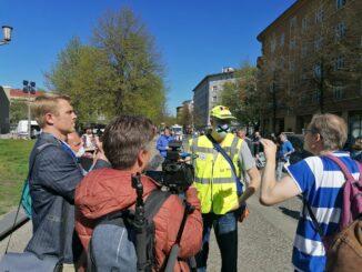 Rechte Youtuber auf Hygienedemo: dicht gedrängt um einen Qanon-Anhänger finden sich Martin Lejeune, COMPACT TV-Chefredakteur Martin Müller-Mertens und Nikolai Nerling